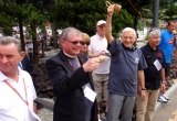 Prof. Jerzy Buzek daje sygnał do rozpoczęcia biegu.