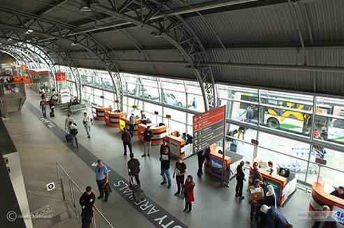 Jak dostać się z Lotniska Modlin do centrum Warszawy?